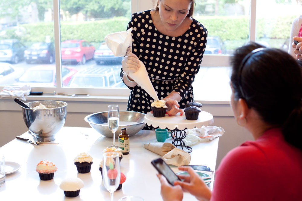 Decorating Cupcakes with Jennifer Shea at Trophy Cupcake / Seattle Bloggers Unite / hello, rigby!