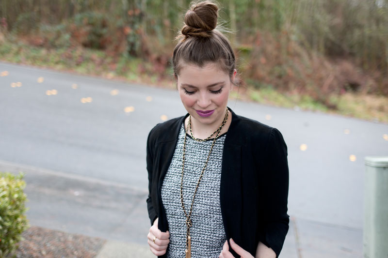 Business Casual Outfits / Tassel Necklace, Textured Top, Black Blazer / @hellorigby Seattle Fashion
