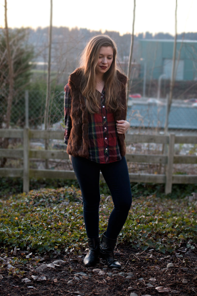 How to Wear a Fur Vest / Plaid Shirt, Fur Vest, Skinny Jeans, and Booties Outfit / hellorigby!