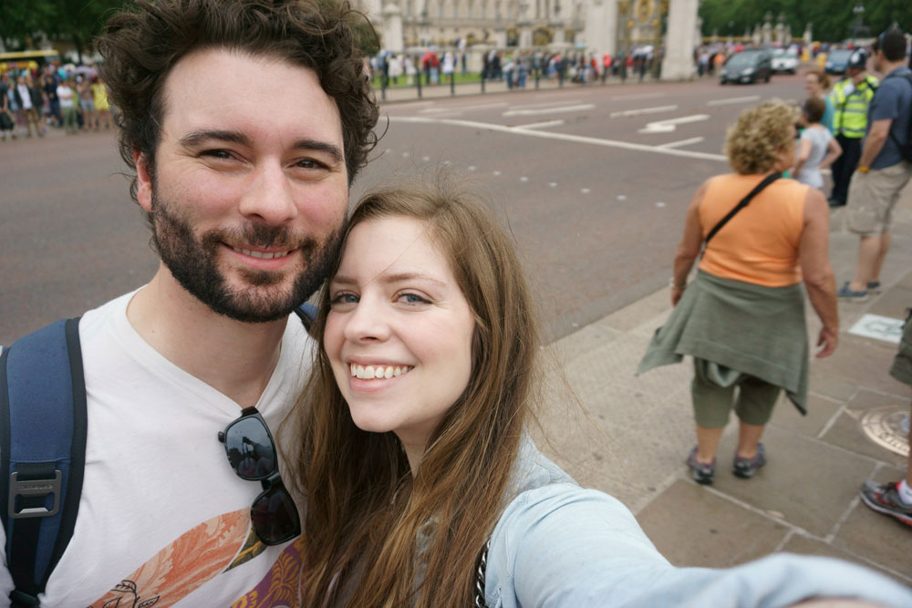 Selfie at Buckingham Palace, London, England / hellorigby seattle travel blog