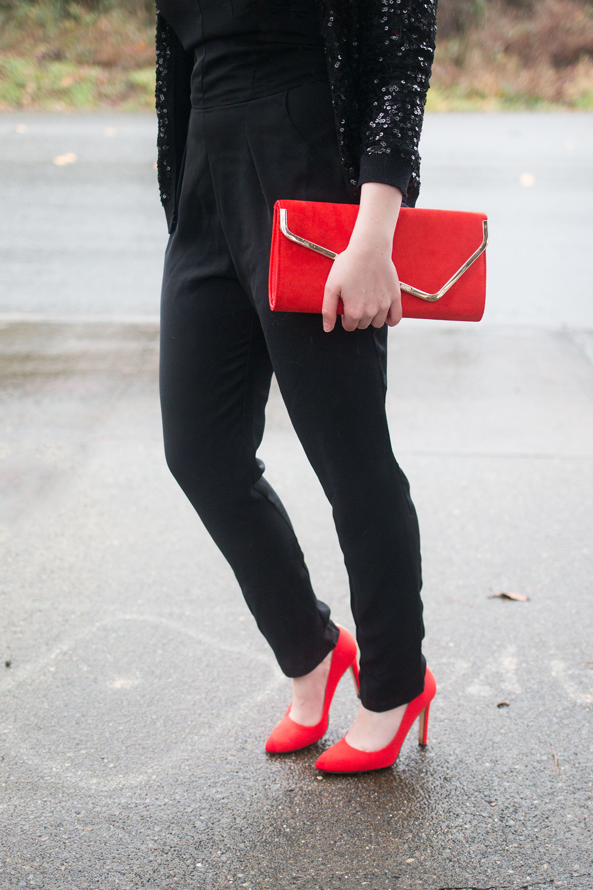 black-jumpsuit-outfit-with-red-accessories